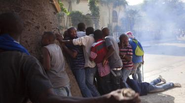 Haitis lufthavne blev onsdag lukket som følge af voldelige optøjer. Ud over utilfredsheden med valget i sidste måned må borgerne også slås med en kolera-epidemi, der nu har bredt sig til hele Port-au-Prince og ifølge officielle kilder har kostet over 2.100 mennesker livet. Koleraen brød ud for to måneder siden og spreder sig hurtigt blandt andet pga. den begrænsede adgang til rent vand.