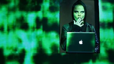 Fascinerende Signe Egholm Olsen er klar ved sin Mac, mens hackerverdenen toner psykedelisk frem på væggene i 'Mænd der hader kvinder' på Nørrebro Teater.
