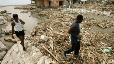 Det stadig varmere havvand skaber voldsomme orkaner som Ivan i 2004 i Caribien, hvor 65 blev dræbt. Her er det overlevende på Jamaica efter Ivans hærgen.