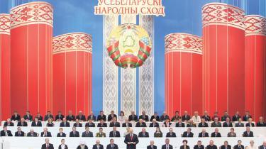 Hviderusland afholder præsidentvalg 19. december. Ni kandidater forsøger at vælte diktatoren  Aleksandr Lukasjenko, men har næppe en chance. Til gengæld er udviklingen ved at løbe fra Lukasjenko, som styrer landet som et kollektivbrug efter sovjetisk mønster, men uden ideologi og i dybt forfald