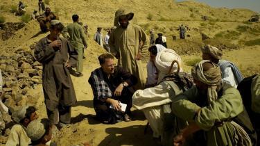 New York Times-reporter David Rohde (i midten med notesblok i hånden) under en reportagerejse til Helmand-provinsen i Afghanistan i 2007. Året efter blev han kidnappet af Taleban. Rohde har nu skrevet en bog, der blandt andet kritiserer den amerikanske regerings fejlslagne politik over for Pakistan, hvis militær samarbejdede direkte med hans kidnappere.