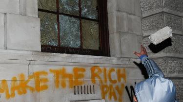 Britiske unge er i den seneste tid gået på gaden i protest mod de bebudede ændringer af landets uddannelsessystem. Utilfredsheden med den øgede egenbetaling har forårsaget voldsomme sammenstød - og frygt for, betalingen vil øge den sociale skævhed.