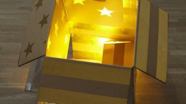 Frihedstanke. Så simpelt og så rørende. En amerikansk drøm fra en asiatisk fabrik med den guldfarvede MAC-papkasse, som Danh har malet som et gammelt amerikansk flag på indersiden. En drøm om lykke i en forbrugsgode. Vi vil alle være frie, men de tanker vi knytter til frihed virker ofte modsat.