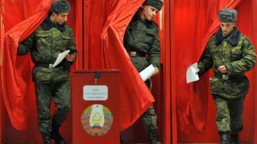 Stanislav Sjusjkevitj tabte magten i Hviderusland til den nuværende præsident Lukasjenko, som nu ligner en favorit til at vinde valget på søndag. Her er vi i Minsk, hvor soldater afgiver deres stemmer.