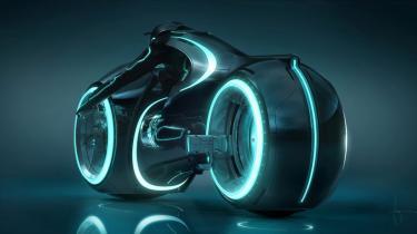 Hvor 'Tron' var et rodet, men også fremsynet scifi-eventyr om kunstig intelligens og onlineverdener, er 'Tron: Legacy' mere stringent, men også forudsigelig og farveløs
