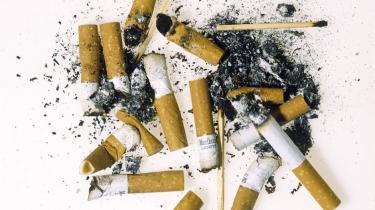 Flere og flere skodder cigaretterne i Danmark. Men er det muligt på sigt helt at få danskerne til at stoppe med at ryge? 'Ambivalensen ved rygernes situation hænger sammen med deres afhængighed. Vi regner med, at 70-75 pct. af rygerne i Danmark er så afhængige, at deres frie valg reelt er sat ud af kraft' siger Jørgen Falck, som er chefkonsulent i Sundhedsstyrelsen