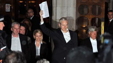 Wikileaks-stifter Julian Assange blev i går løsladt mod kaution, og han skal nu blive i Storbritannien indtil et retsmøde 11. januar. I mellemtiden skal han dagligt forbi politistationen i nærheden af det landsted i Norfolk, hvor han er blevet tilbudt at bo. Det er efter sigende en britisk journalist, der har tilbudt Assange husly.