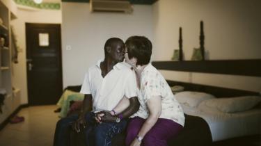 For nogle er det et eventyr, for andre en drøm om lykken. Velhavende hvide kvinder rejser ud i verden for at møde en sort mand. Hun er ældre, han er yngre. De finder hinanden og gør hinanden glade. Tre kvinder fortæller om de mænd, de har fundet på Kenyas østkyst