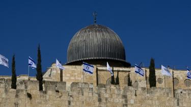 FN har lige siden 1947 lagt op til en tostatsløsning med en israelsk og en palæstinensisk stat og Jerusalem som delt hovedstad under international kontrol. Men efterhånden ser det ud til, at forhandlinger mellem de to parter i praksis er et overstået kapitel.