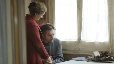 Den døende Uxbal (Javier Bardem, th.) tumler med eksistentielle spørgsmål, samtidig med at han desperat forsøger at sikre sine børns fremtid i Alejandro González Iñárritus nye film, 'Biutiful'.