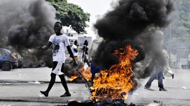 Op mod 50 demonstranter menes at være blevet dræbt under uroligheder i Elfenbenskysten efter valget i den 28. november. Her er det tilhængere af oppositionsleder Alassane Ouattara - valgets vinder - som protesterer i gaderne i byen Abidjan, fordi den afgående præsident, Laurent Gbagbo, nægter at forlade posten.