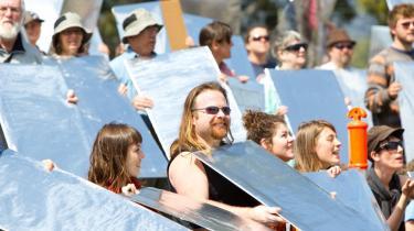Australske klimaaktivister demonstrerer for vedvarende energi foran et kraftværk i delstaten Victoria. Den australske regering er i vildrede om, hvorvidt den skal indføre et CO2-kvotesystem.