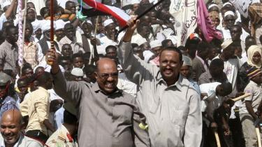 Der er valg i Sudan i næste uge, og præsident Omar al-Bashir (tv) har gjort sine kritikere   til skamme ved bl.a. ikke at prøve at stoppe valget, mener Simon Tisdall.