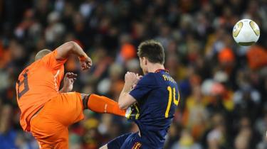 Hamskifte. De ellers kreativt spillende hollændere fik et bisset rygte med VM-finalen mod Spanien og hollænderen Nigel de Jongs karatespark mod Spaniens Xabi Alonso.