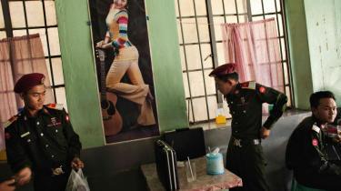 Mens Myanmars militære ledere er trukket i civil, uddannes en ny elite til at føre landet videre. Information har besøgt dem i en by, som få udefrakommende nogensinde har fået adgang til