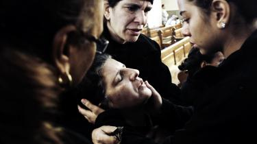 En kristen egyptisk kvinde sørger i den koptiske kirke   i Alexandria, der i søndags blev ramt af et terrorangreb,   hvor 21 blev dræbt og 79 såret.