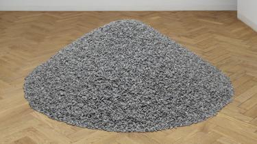Faurschou giver os en snas af Ai Weiweis megaværk Sunflower Seeds. Men hvilken snas og af hvilket værk! Ai Weiwei hyrede 1.600 pottemagerspecialister i tre år til at lave flere end 100 millioner solsikkefrø i porcelæn