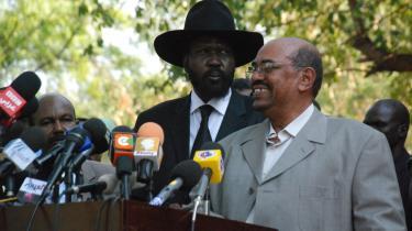 Sudans præsident, Omar al-Bashir (uden hat) var tirsdag på et sjældent besøg hos Sydsudans leder, Salva Kiir, i Sydsudans hovedstad, Juba. 'Jeg vil fejre jeres afgørelse, også selv om den medfører løsrivelse,' proklamerede al-Bashir.