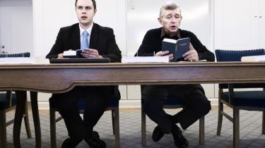 Der mangler kirke og medmenneskelighed i dansk politik, mener dagens kronikør Asger Baunsbak-Jensen. Han mener dog ikke, at Dansk Folkepartis Søren Krarup (t.h.) er den rette til at repræsentere kirken i dansk politik.