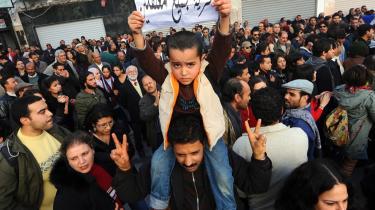Tusindvis af tunesere er gået på gaden siden den 8. januar i utilfredshed med både stigende fødevarepriser, sociale og politiske uretfærdigheder. Drengens skilt siger: 'Frihed til alle politiske fanger'.