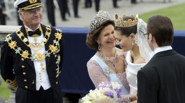 Glansbillede. Kronprinsesse Victorias bryllup i sommeren 2010 var det, der blev fokuseret mest på i svensk tv's gennemgang af året i det svenske kongehus. Kritikere mener, at man kunne have afsat lidt tid til blandt andet kongens sidespring, dronningens familieforhold og prinsesse Madeleines brudte forlovelse.