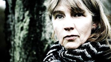 Den 48-årige forfatter modtager prisen og de 100.000 kroner for digtsamlingen Radioteatret
