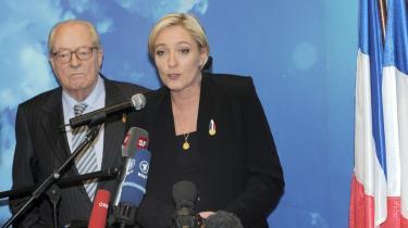 Marine Le Pen overtager ledelsen af Front National fra   sin far, Jean-Marie Le Pen (t.v.).
