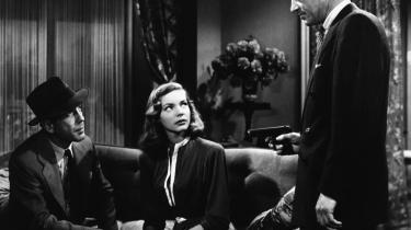 Øjeblikke. Howard Hawks' film gør måske indtryk ved deres indre enhed og rummelighed og synes at være et typisk eksem-pel på god fiktion som det gør sig gældende i eksempelvis 'Sternwoodmysteriet', der er en filmatisering af en roman af Raymond Chandler. Her er det en scene med Humphrey Bogart og Lauren Bacall i sofaen.