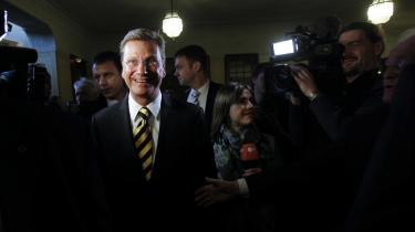 Roden til FDP's krise skal   lokaliseres i formanden, Guido Westerwelles, ene-   rådige ledelsesstil og hans indsnævrede politiske   fokus. Partiet der tog 14,6 procent af stemmerne ved valget i 2009, skraber nu bunden på den nedre side af spærregrænsen, viser   meningsmålinger.