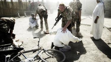 På våbenjagt. De danske styrker i Irak tog fra første dag fanger, som de overlod til irakerne. Senere lod de briterne stå for anholdelserne og dermed det juridiske ansvar, hvis noget gik galt. Her leder dansk militærpoliti efter våben i et hus uden for Mahdina.