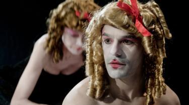 Den erotiske Caspar Crump spidser læberne, så både mænd og kvinder sukker i Sex.Vold.Blod.Snask. Og så gyser de. For spejlbilledet af Singapore-eksistensen slår tilbage på danskeren som en pisk.