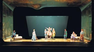 Det Kongelige Teater viser Molières klassiske karakterkomedie fra 1666 i en version, der fryder øjne, ører og lattermuskler. Og det, man ler ad, er det moderne menneske, dets selvoptagethed og overfladiske, sociale networking