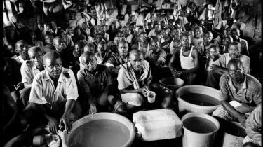 Her ses formodede krigsfanger fra folkemordet i Rwanda i 1994. Efter folkemordet fandt sted, trak Børnefonden sig ud af landet, men vender nu tilbage.