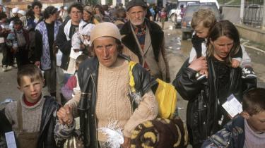EU fejlede så spektakulært i forsøget på at standse konflikterne på Balkan, at et nyt traume opstod og gav anledning til beskrivelsen af unionen som politisk dværg og militær orm.   På billedet ankommer kosovoalbanske flygtninge til Albanien efter dages kørsel på ladet af en lastbil på flugt fra Serbiske styrker.