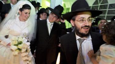 Ortodokse jøder bruger stadig en Kirsten Giftekniv til at arrangere møder mellem unge mennesker, der ønsker at indgå ægteskab. I et af Jerusalems mest ortodokse kvarterer er det en outsider, der varetager denne vigtige rolle