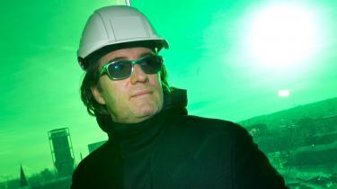 'Det er en katastrofe for fremtidige generationer,' siger Olafur Eliasson om de bebudede besparelser på Kunstakademiet. Her ses den dansk/islandske kunstner besigtige sit værk 'Your Rainbow Panorama' på taget af ARoS Aarhus Kunstmuseum den 12 januar i år.