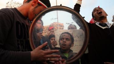 Situationen på Tahrir-pladsen i Kairo er atter så fredelig, at selv børn sendes med til protesterne igen. I går var omkring 100.000 på pladsen for 15. dag i træk, men ingen ved, hvornår en varig overgang til demokrati indfinder sig i det folkerige landet.