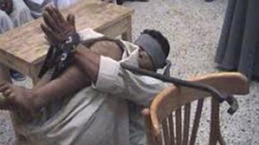 Menneskeretsgrupper har beviser som dette på den egyptiske hærs modbydelige tortur. En fange er hængt op med en jernstang i knæhaserne mellem et bord og en stol.