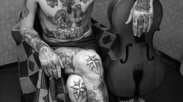 En 'griner' som den, fangen har på maven, skildrer kommunistiske ledere i obskøne eller komiske positioner, og er en måde, hvorpå fangerne kan udtrykke deres foragt for myndighederne. Foto fra 'Russian Criminal Tattoo Encyclopedia'.