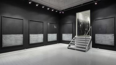 Rummet er malet sort. 10 sorte rammer med glas hænger side om side, direkte på væggen. Den nederste tredjedel af glasset er slebet med sandpapir. Det hvide støv er efterladt på glasset.   Når man nærmer sig værkerne ser man, at glasset spejler rummet og beskuerne. Man ser sig selv stå og se på kunst. Man ser rummet i værket. Man ser sit fingeraftryk i støvet, hvis man nysgerrigt rører. Og man ser metaforene og selvfølgelighederne stå i kø.