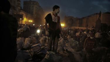 Efter at Egyptens præsident gennem 30 år, Hosni Mubarak, fredag trådte tilbage, er der blevet festet på Tahrir-pladsen i Kairo. Demonstranterne har med samme iver som den, hvormed de organiserede protesterne, orkestreret en omfattende rengøring af Tahrir-pladsen.
