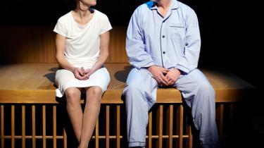 Bergmans kærlighedscentrifuge drejer lystigt på Århus Teater med Morten Kirkskovs fænomenale ærlighedstolkning af 'Scener fra et ægteskab'