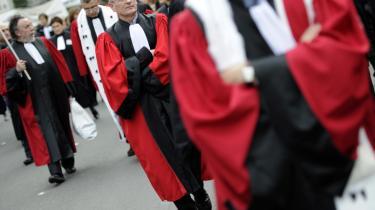 Den franske præsident, Nicolas Sarkozy, kritiserede for nylig franske dommere for lemfældighed,   da en tidligere straffet voldsforbryder umiddelbart efter sin løsladelse dræbte en ung pige. Den kritik blev ikke modtaget med tavshed af dommerstanden, som siden har protesteret mod præsidentens udtalelser ved flere lejligheder.
