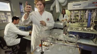 Samarbejdet mellem lægemiddelindustrien og de offentlige forskere er blevet reduceret til det halve siden 2000, viser en undersøgelse fra CBS. På billedet ses forskningsmedarbejdere fra Lundbeck Pharma (A/S)