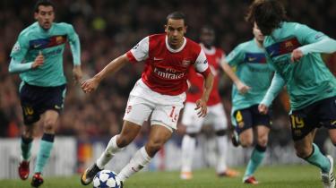 Offensiv. Arsenals Theo Walcott i færd med at møve sig gennem Barcelonas forsvar under onsdagens opgør på Emirates Stadium i London.