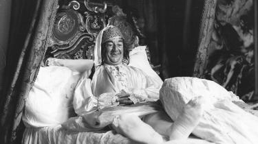 Mangel på manerer. Historien om Birthe Rønn er omvendt af 'Jeppe på Bjerget': Fra sin stilling som heltinde blev hun smidt ned i politisk ansvar som minister, og her opførte hun sig som en baronesse i en bondestue. Men hun ender samme sted som Jeppe. Ovenfor ses Buster Larsen i rollen som Jeppe, før han blev smidt tilbage i vejkanten.