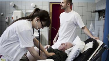 Svært. Da Bjarke Kjeldsen begyndte på sygeplejerske-studiet, var de kun to mandlige elever blandt 40 kvinder   i klassen, og da han gik ud,   var han den eneste. At det var   et traditionelt kvindefag, var en hurdle, han lige skulle over. 'Man skal virkelig ville det,'siger han.
