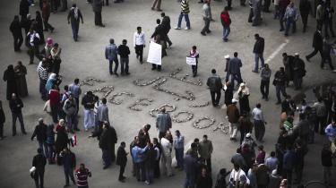 'De sociale medier blev altafgørende på et tidspunkt, hvor alt andet var censureret,' siger Lina Ben Mhenni, der blogger under navnet 'En tunesisk pige'. På foto ses protestkunst fra Tahrirpladsen i Kairo, Egypten, den 6. februar.