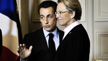 Den franske præsident, Nicolas Sarkozy, har vendt sin tidligere udenrigsminister ryggen, og selv om Michèle Alliot-Marie har beklaget sine udtalelser, er hun altså nu fortid i regeringen. Landets nye udenrigsminister bliver Alain Juppé, der har haft posten tidligere.