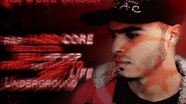 Tunesiske 21-årige Hamada Ben Amor med kunstnernavnet 'El Général' lagde en sang med kritik af den flygtede præsident Ben Ali på nettet og blev anholdt og afhørt i tre dage. Hans brøde var at oppiske en farlig stemning i landet, hed det sig. På plakaten står: 'El General - stolt over at være tuneser.'